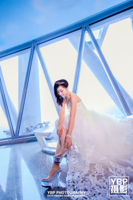 到广州塔上拍摄婚纱照吧!