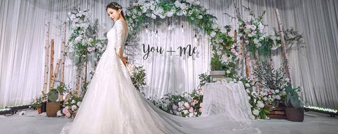一位亲自装点自己婚礼的新娘