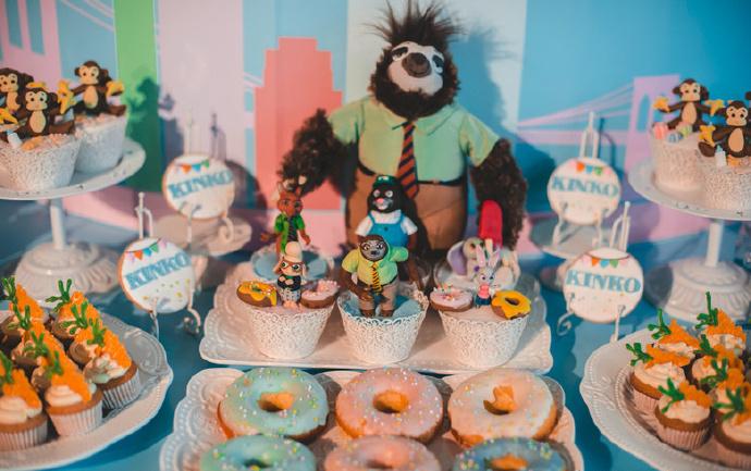 把疯狂动物城搬到了甜品台上!喜欢的角色们,在自己婚礼上再现,这是一件多么美妙的事情! 好玩的秋千,好吃的冰淇淋,甜蜜的马卡龙色,时尚的装置艺术……这个宴会定格了一切童趣与潮流!